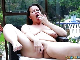 Old Ukrainian Sitter Eva Jayne Is Digging Her Fuckbox With Fave...